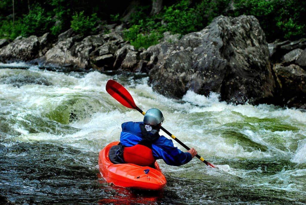 Kayakiste dans des rapides